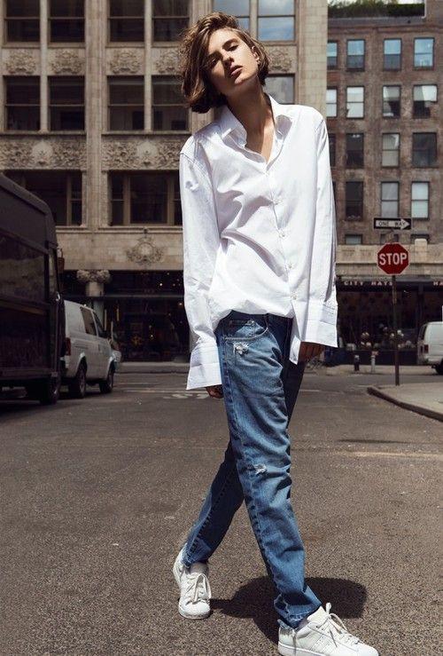 biała koszula w stylu sportowym z luźnymi jeansami