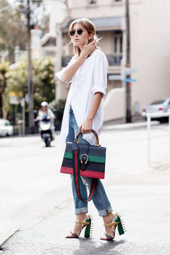biała koszula przełamana kolorową torebką i oryginalnymi butami na słupku z kolcami