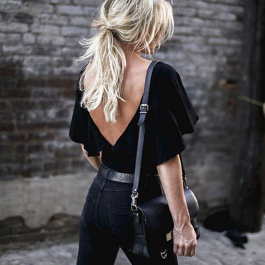 czarna bluzka w głębokim dekoltem na plecach połączona z ciemnymi jeansami