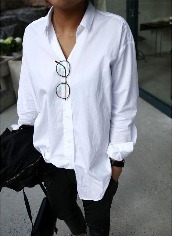 biała koszula  w połączeniu z ciemnymi spodniami