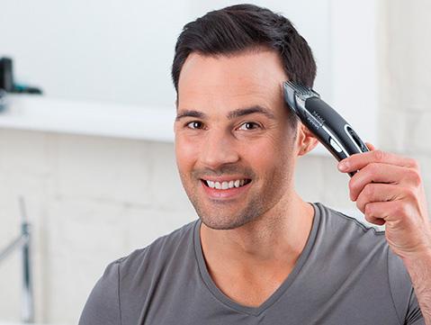 mężczyzna dba o włosy. Dobrze się sprawdza maszynka do strzyżenia rowenta