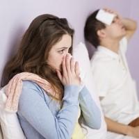 przeziębiona para siedząca w łóżku ma sprawdzone sposoby na katar