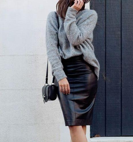czarna skórzana ołówkowa spódnica za kolano w połączeniu z szarym swetrem over-size