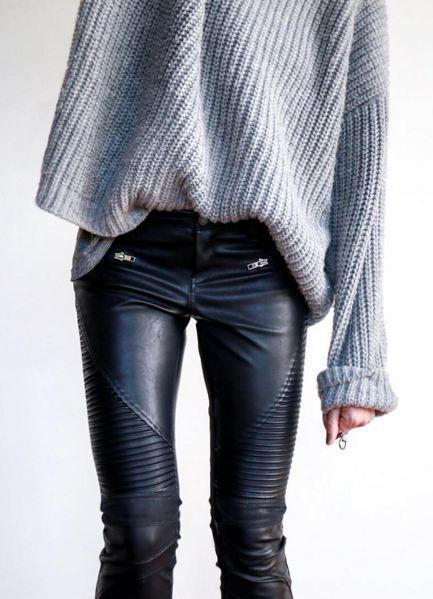 czarne skórzane spodnie w stylu motocyklowym w połączeniu z szarym over-size swetrem