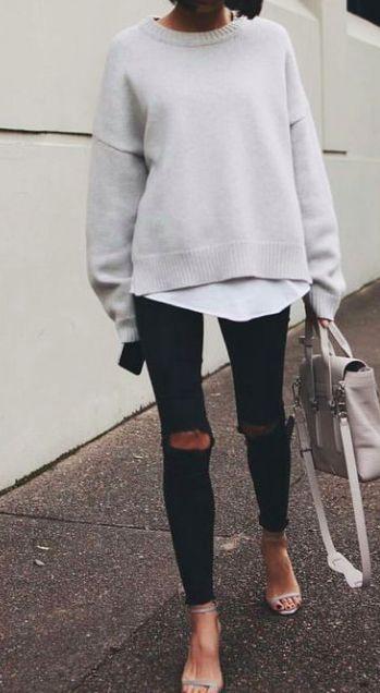 casual outfit czarne rurki z dziurami na kolanach w połączeniu z eleganckimi sandałkami i swetrem nude oversize
