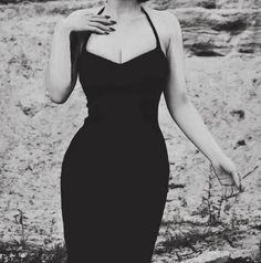 ciało w kształcie klepsydry w czarnej seksownej sukience