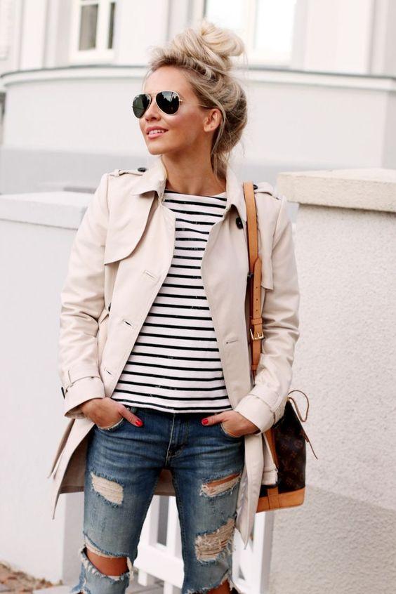 bluzka marine, klasyczny trencz i jeansy z dziurami