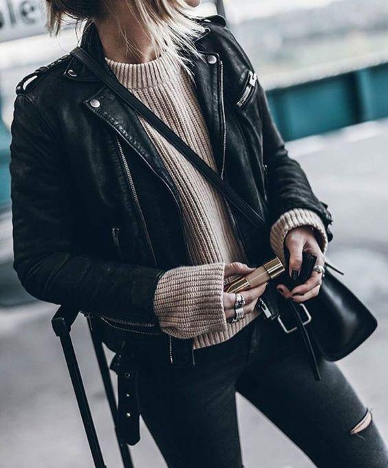 czarna skórzana ramoneska w połączeniu ze swetrem oversize