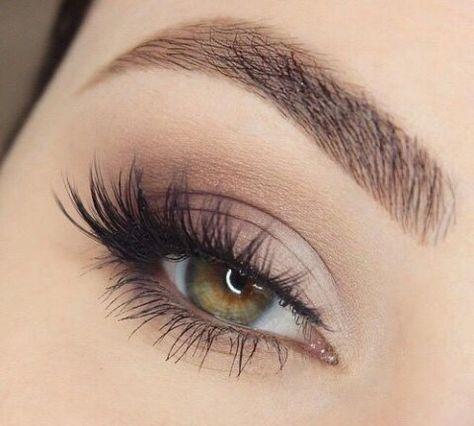 zbliżenie na oko z pięknymi długimi rzęsami i wyregulowanymi brwiami