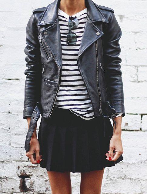 black and white outfit w połączeniu z czarną skórzaną ramoneską