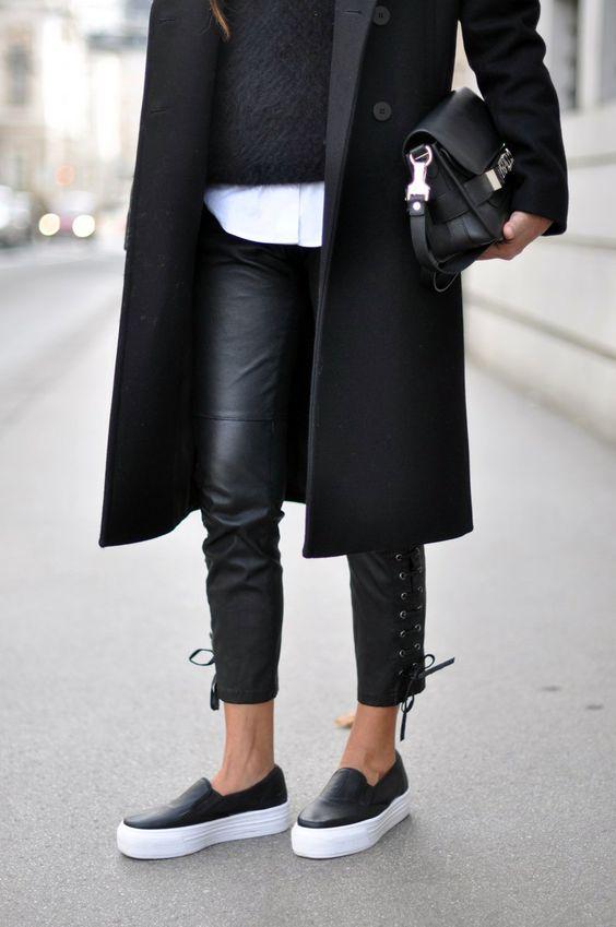 czarne skórzane wiązane na łydkach spornie w połączeniu z klasyczną białą koszulą czarnym moherowym swetrem i czarnym 3/4 płaszczem