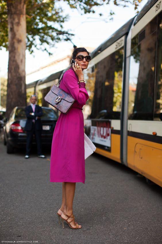 modne kolory - mocna fuksja w formie sukienki za kolano i idealnie dobrane do niej cieliste sandałki na szpilce