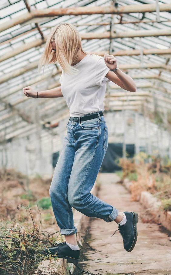 podwinięte mom jeans połączone z bawełnianym białym t shirt'em i krótkimi martensami