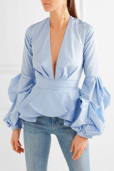 modelka w nietuzinkowej bluzce koszulowej z głębokim dekoltem z baskijką i bufiastymi rękawami na przedramionach założoną do jeansów
