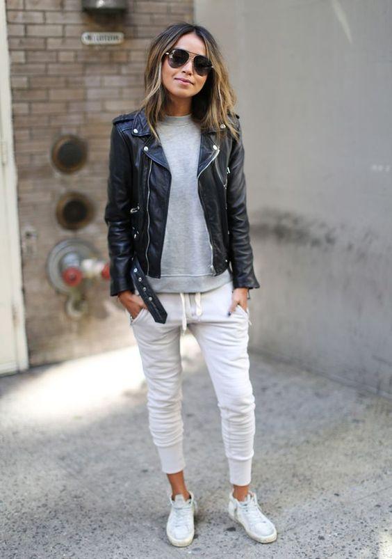 jasne spodnie dresowe, sportowy styl połączony z czarną skórzaną ramoneską