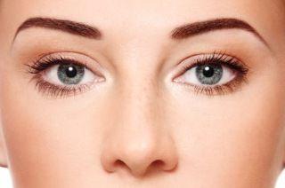 zdjęcie twarzy kobiety z idealnie wyregulowanymi brwiami