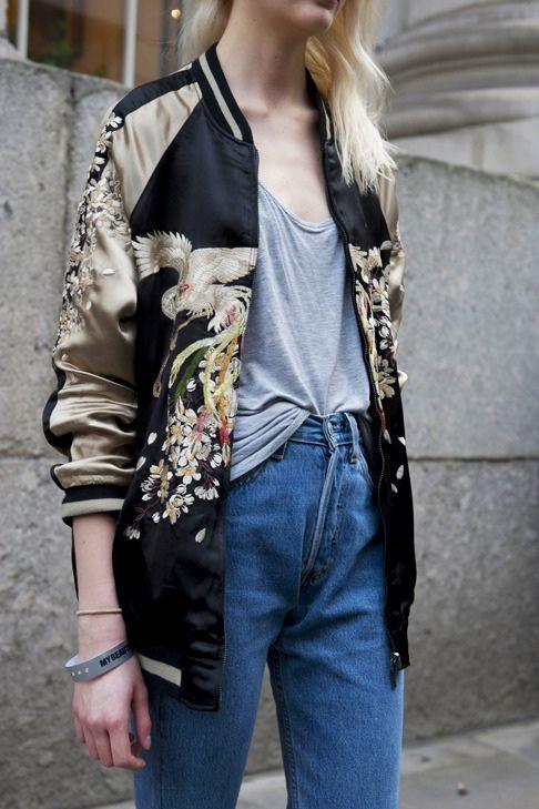 mom jeans zestawione z bawełnianym szarym t shirt'em i satynową złoto czarną haftowaną bomberką