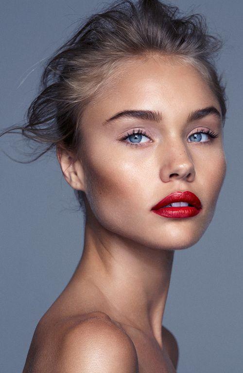 modelka z delikatnym makijażu gdzie czerwone usta są kropką nad i