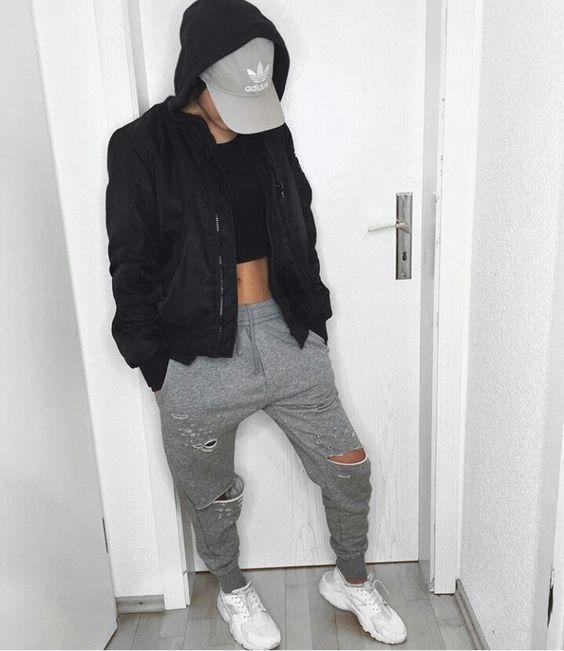szare poprzecierane spodnie dresowe połączone z białymi adidasami i czarną bomberką