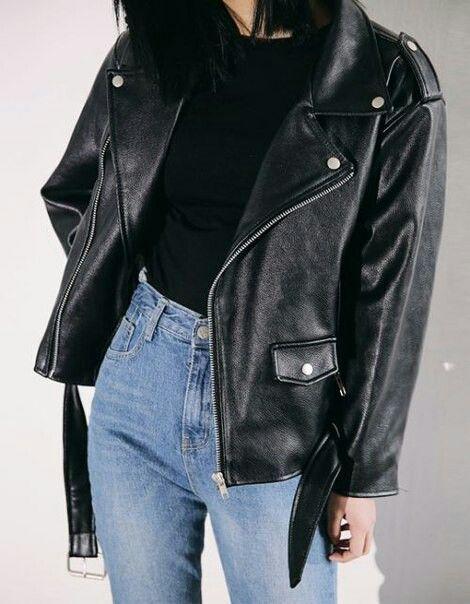 mom jeans połączone z czarnym obcisłym topem z klasyczną ramoneską