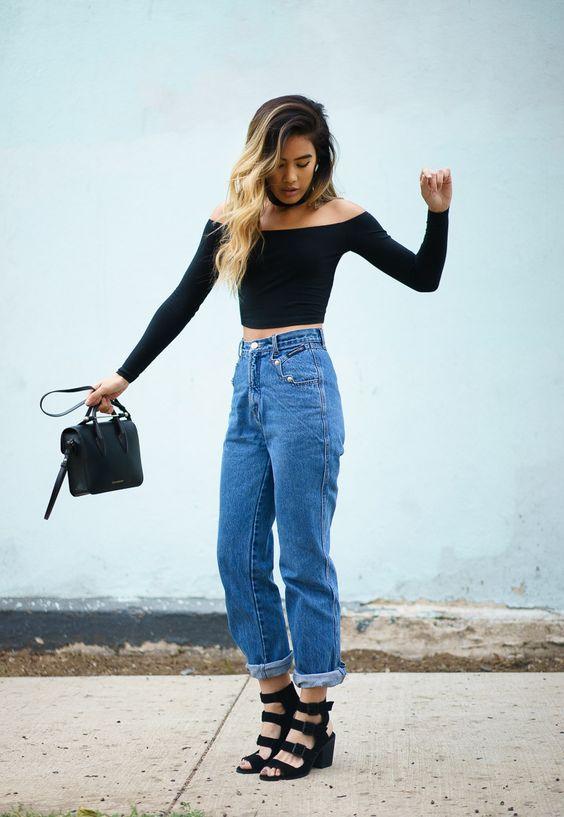 podwiięte mom jeans w zestawieniu z bluzką bez ramion
