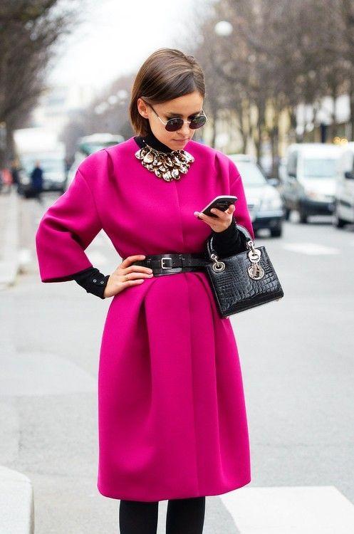 modne kolory - charakterna fuksja noszona jaki płaszcz przepasany czarnym skórzanym paskiem