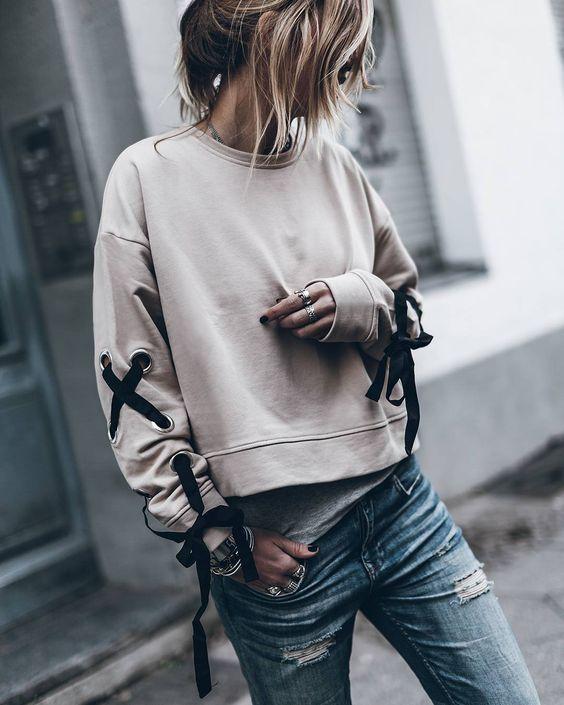 krótka beżowa bluza dresowa z plecionymi rękawami zestawiona z