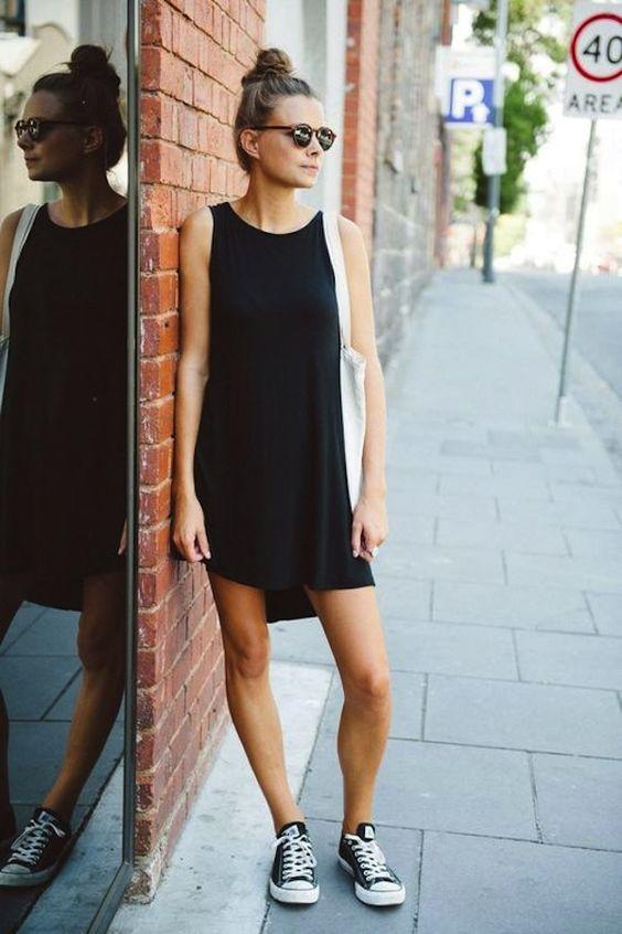 biało czarne trampki zestawione z czarną bawełnianą sukienką
