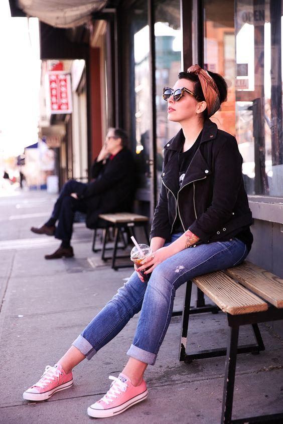 pudrowo różowe trampki typu converse zestawione z podwiniętymi mom jeans i czarnąr amoneską - stylizacja pinup girl