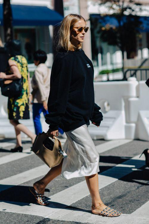 bluza dresowa połączona ze zwiewną spódnicą i ażurowymi klapeczkami