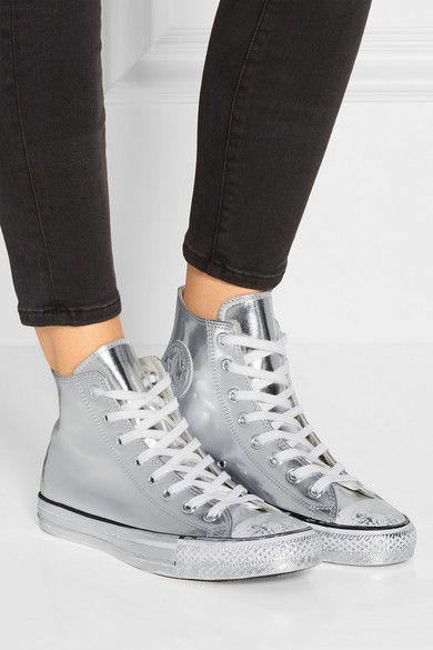 srebrne trampki w stylu converse za kostkę i czarne spodnie typu slim