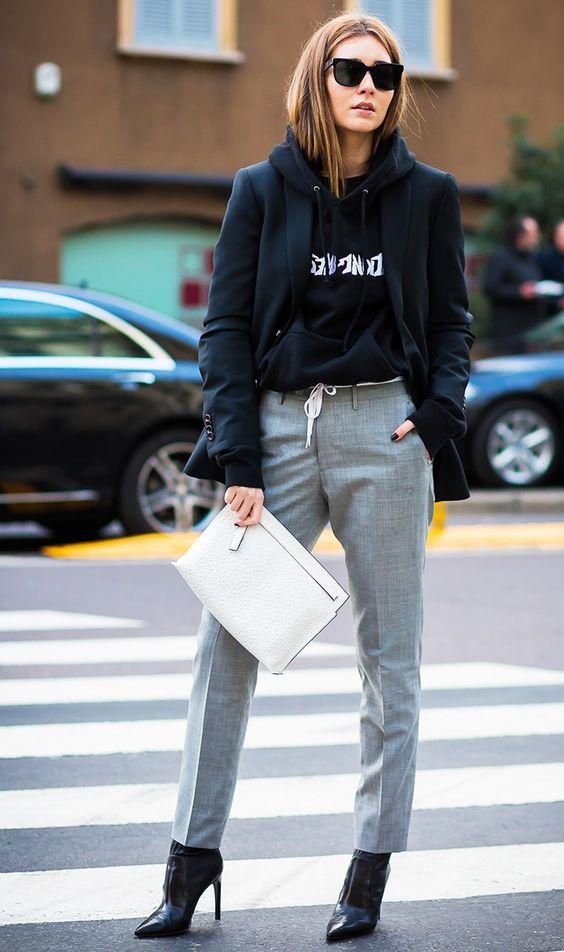 czarna bluza z kapturem zestawiona z eleganckimi sporniami i marynarką i butami na szpilce