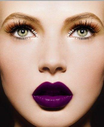 trendy wiosna 2017 piękna kobieca twarz z makijażem fioletowymi ustami