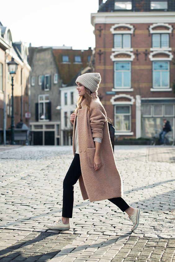 beżowy płaszcz styl miejski