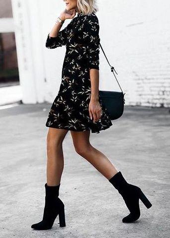 botki i krótka sukienka w kwiaty