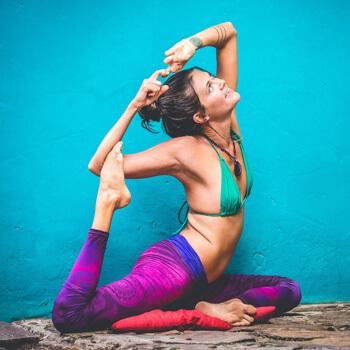 Kolorowe legginsy to ciekawy stroj do jogi